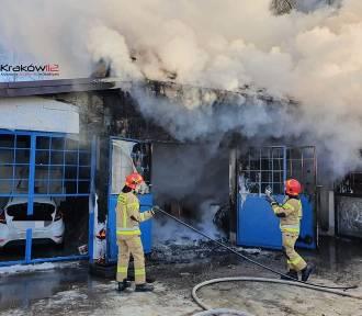Groźny pożar warsztatu samochodowego w Krakowie. Jedna osoba poszkodowana [ZDJĘCIA]