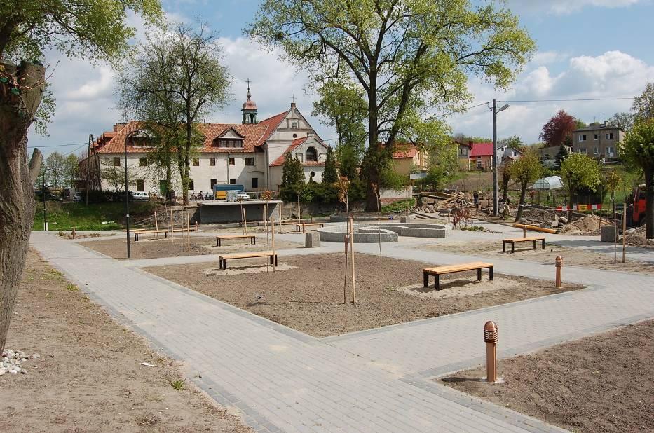 Widok na budowany skwer, amfiteatr i siedzibę Dzierzgońskiego Ośrodka Kultury z nowym Centrum Informacji Turystycznej