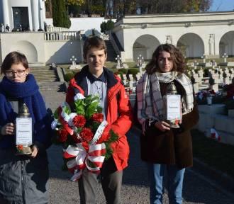 Uczniowie z Łodzi 100-lecie Niepodległej świętowali na Cmentarzu Orląt Lwowskich. Orlęta Lwowskie