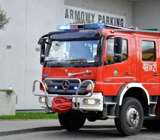 Pożar samochodu, pęknięta rura i zadymione pomieszczenia - tygodniowy raport Straży Pożarnej