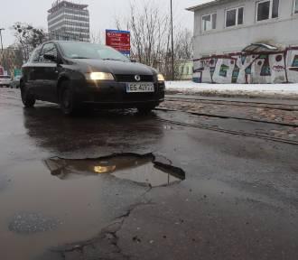 Więcej pieniędzy na łatanie dziur na ulicach Łodzi. Magistrat przestraszył się pozwu?