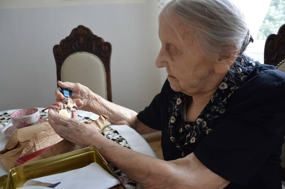 Janina Mikołajewska starannie przechowuje listy, jakie w czasie wojny wymieniała ze swoim ówczesnym narzeczonym - Zygmuntem Mikołajewskim. Odznaczenia i medale męża to dla niej najcenniejsze pamiątki