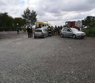 Zderzenie dwóch samochodów. Jedna osoba trafiła do szpitala