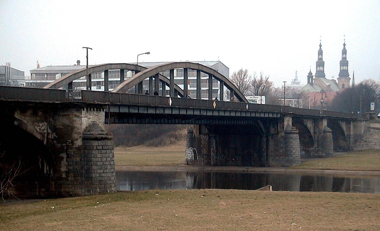Początkowo zakładano budowę pieszej kładki, ale pojawiła się koncepcja, aby postawić w tym miejscu przęsło starego mostu Rocha (na zdjęciu), który rozebrano w 2002 r