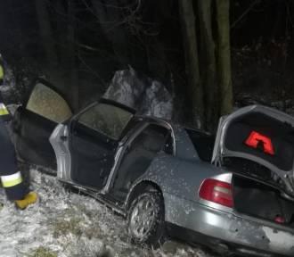 Pożar samochodu w Bębnowie. Auto wcześniej uderzyło w drzewo ZDJĘCIA