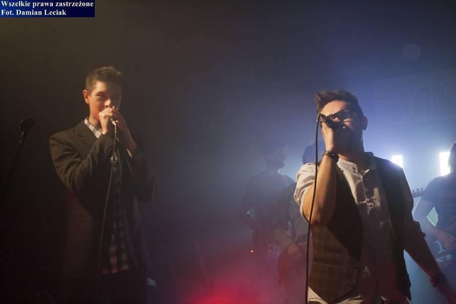 """Od prawej: Damian Kulej z zespołu Sierociniec oraz jeden z uczestników programu """"Bitwa na głosy"""" z drużyny Ewy Farny"""