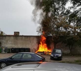 Pożar na ulicy Starodębskiej we Włocławku. Duży dym nad centrum Włocławka