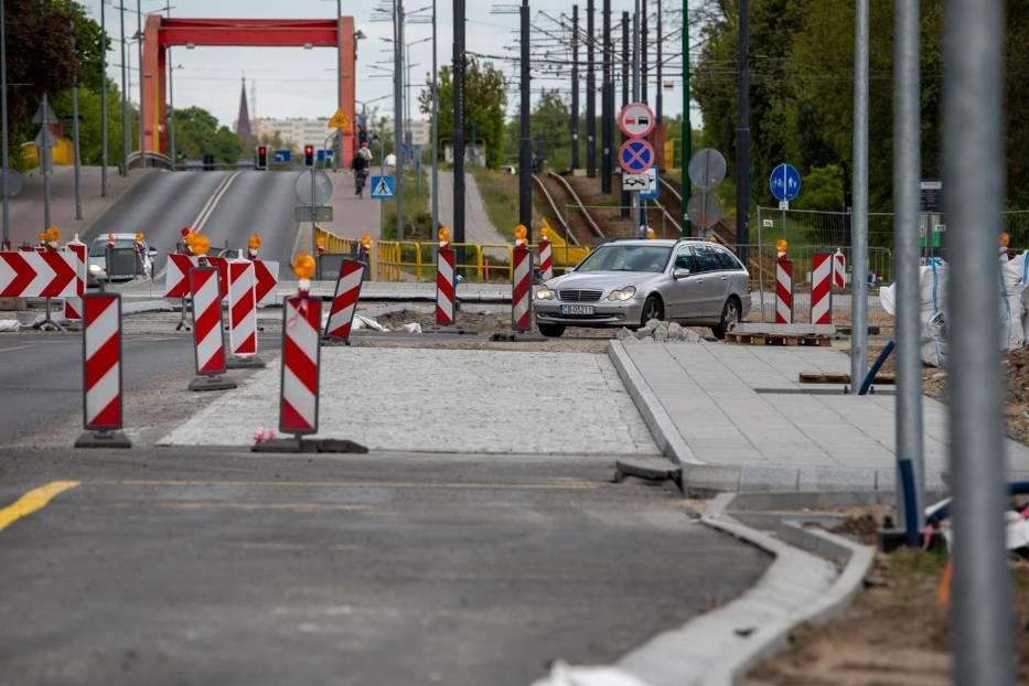 Na nowym rondzie, ułożone zostały już wszystkie krawężniki i przygotowana została podbudowa na wlotach od strony ulicy Gdańskiej oraz wokół wyspy centralnej