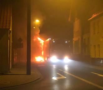 Groźny pożar naczepy w centrum miasta [ZDJĘCIA]