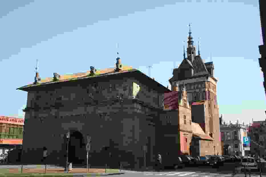 Historyczne wejście do miasta otwiera Brama Wyżynna oraz Katownia i Wieża Więzienna, które tworzą tzw
