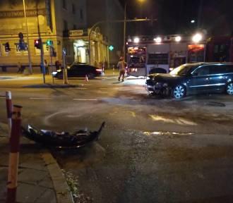 Nocna kraksa na skrzyżowaniu. Skasowane trzy auta i zniszczona latarnia