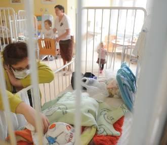 """Coraz więcej małych dzieci trafia do szpitala z powodu COVID-19. """"Objawy są ciężkie"""""""