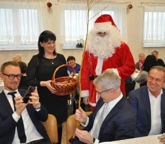 Panie z KGW zasiadły już do wigilijnego stołu. Święty Mikołaj zadbał o słodkości, a burmistrzowi