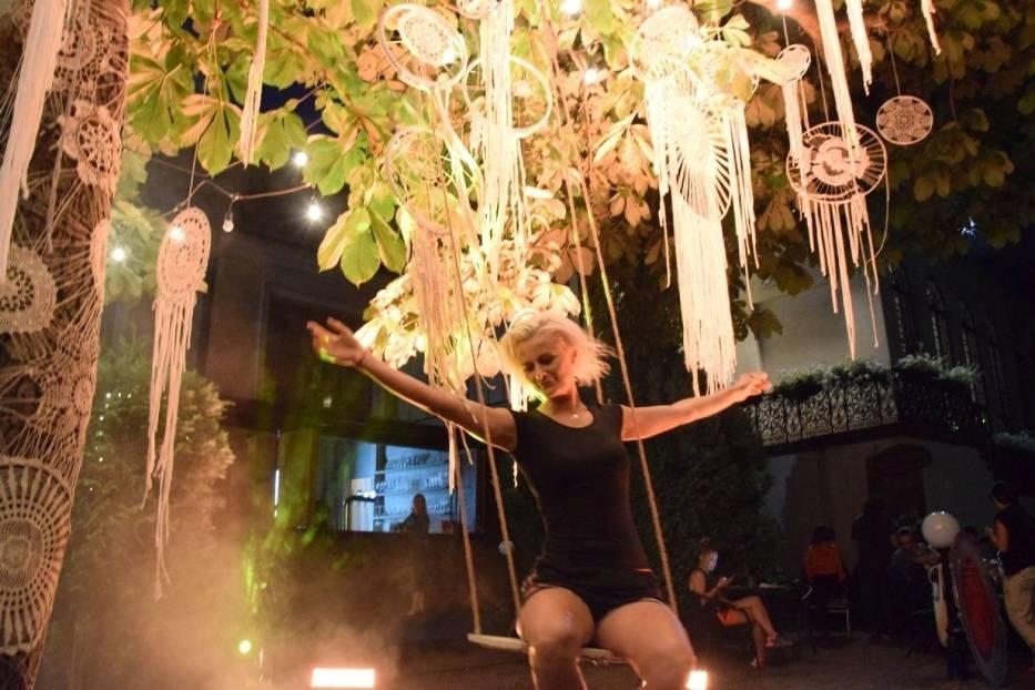W Kielcach modelka zawisła na...drzewie. Znana aktorka i koronki zrobiły wielkie wrażenie [WIDEO, ZDJĘCIA]
