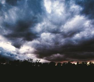 IMGW ostrzega: Z nieba może spaść...
