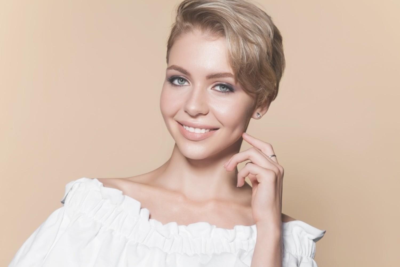 Krótkie fryzury są bardzo kobiece, a ostre cięcie może dodatkowo komuś pomóc! Zobacz najlepsze metamorfozy kobiet, które odważyły się na krótkie włosy