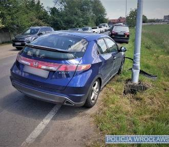Pijana kobieta za kierownicą, auto rozbite na latarni [ZDJĘCIA]