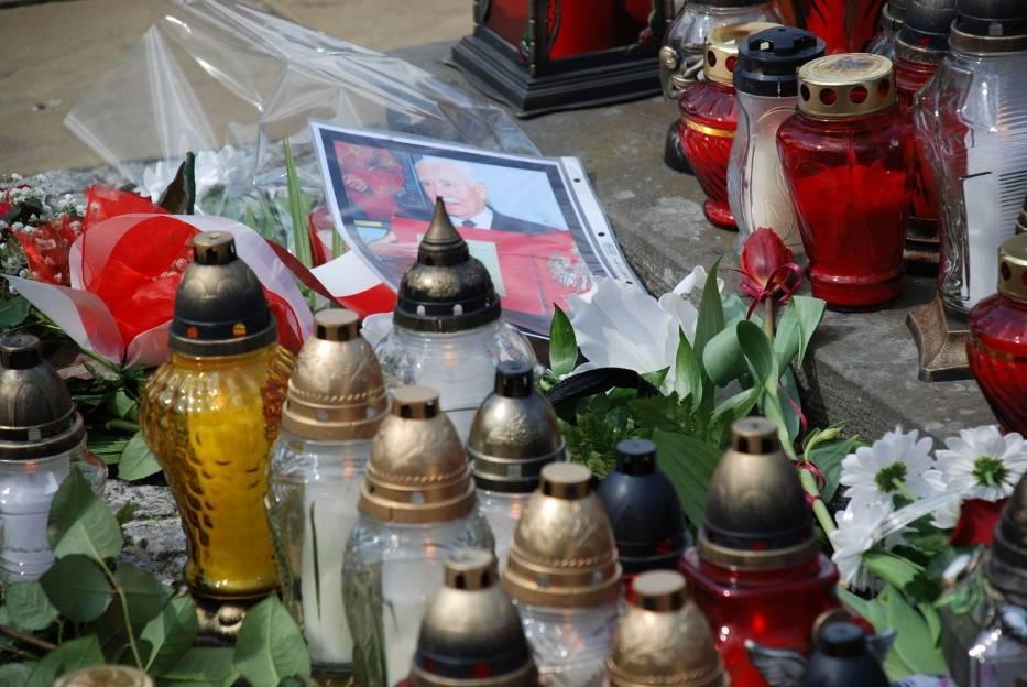 Polacy solidaryzują się z ofiarami katastrofy w Smoleńsku poprzez składanie w miejscach publicznych kwiatów i zniczy