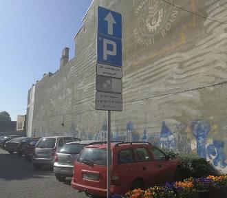 Szlaban i opłata za parkowanie przy urzędzie w Świebodzinie