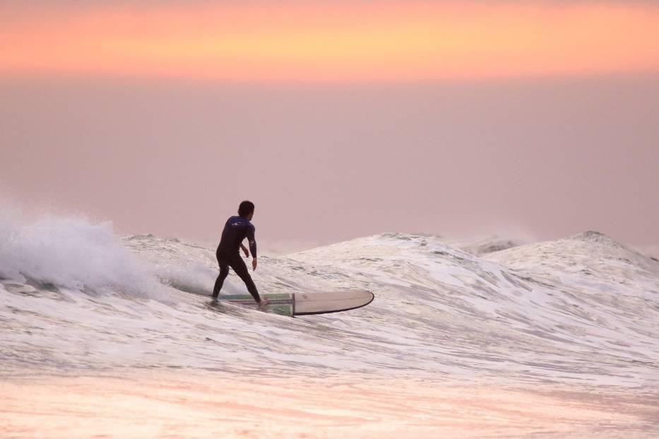 SURFINGKojarzony z malowniczymi wybrzeżami Portugalii, Hiszpanii czy Kolumbii, w ostatnim czasie powrócił nad polski Bałtyk