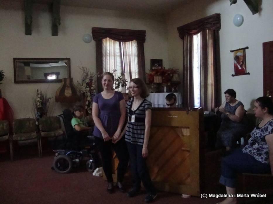 Młodzież w wolnych chwilach zbiera się przy fortepianie w sali gregoriańskiej, na wspólne śpiewanie