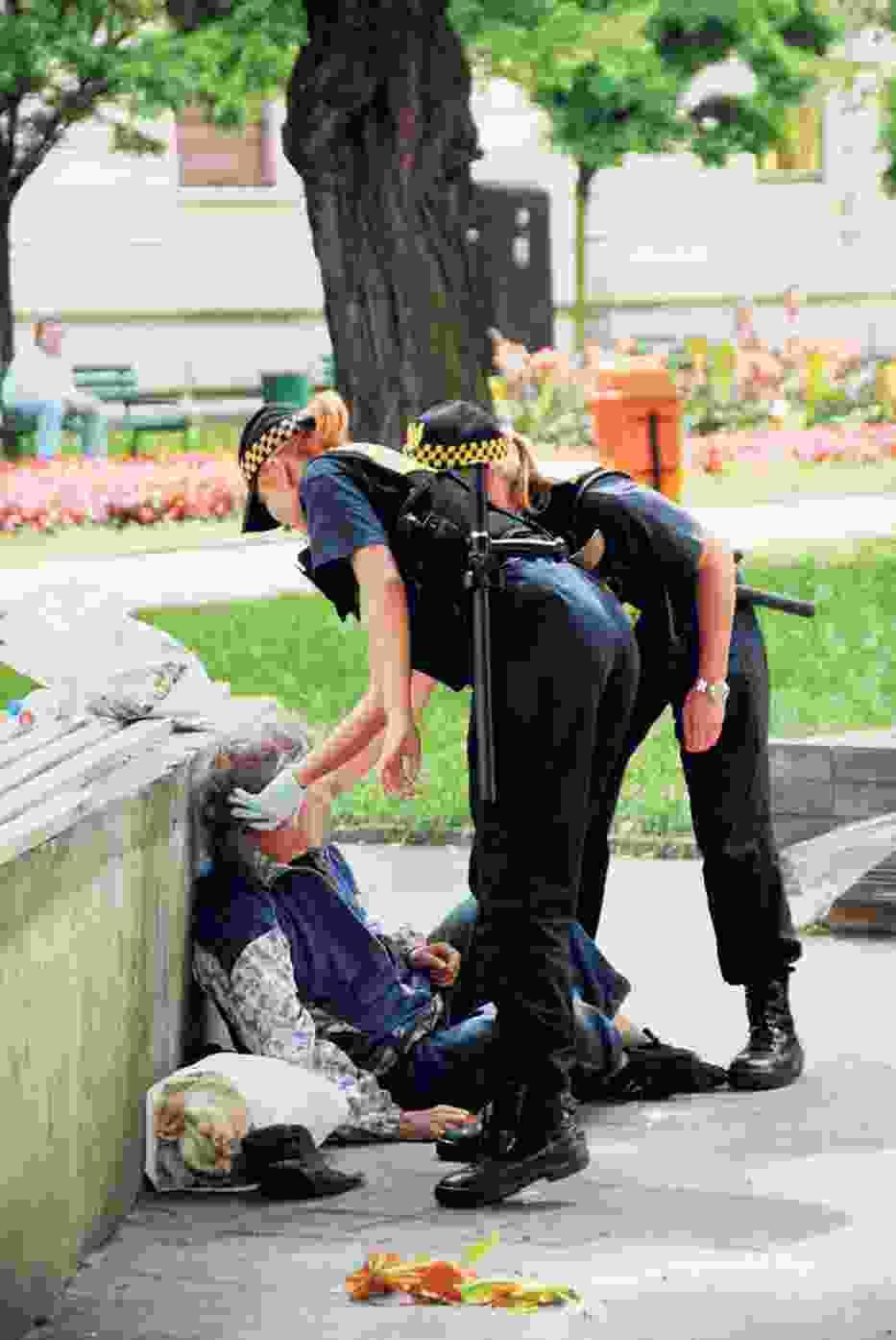Straż miejska może tylko sprawdzić, czy osoba leżąca nie zasłabła lub nie jest pijana