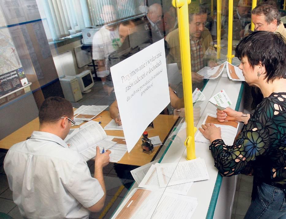 Eksperci twierdzą, że zwolnieni pracownicy administracji szybko trafią do samorządów