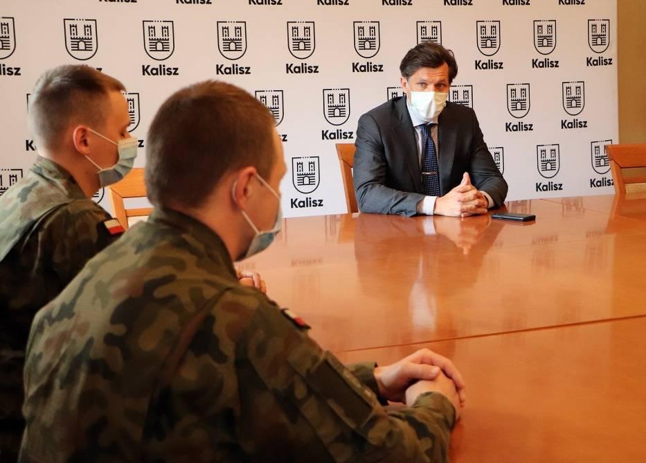 Prezydent Kalisza spotkał się z żołnierzami Wojsk Obrony Terytorialnej, którzy pomagają w kaliskim DPS