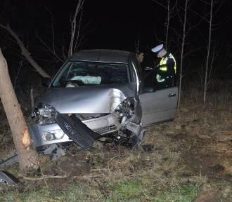 Groźny wypadek za Bytowem. Dwie osoby trafiły do szpitala (zdjęcia)