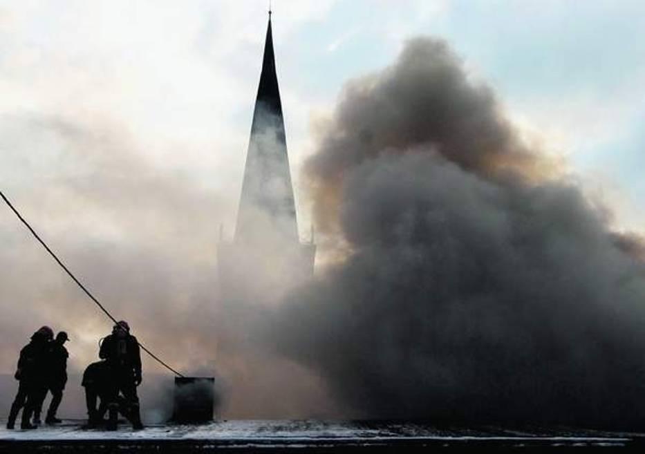 Ogień zajął dach budynku przylegającego do plebanii