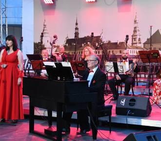 Wspólne śpiewanie na placu Moniuszki w Kielcach z okazji święta patrona (ZDJĘCIA)
