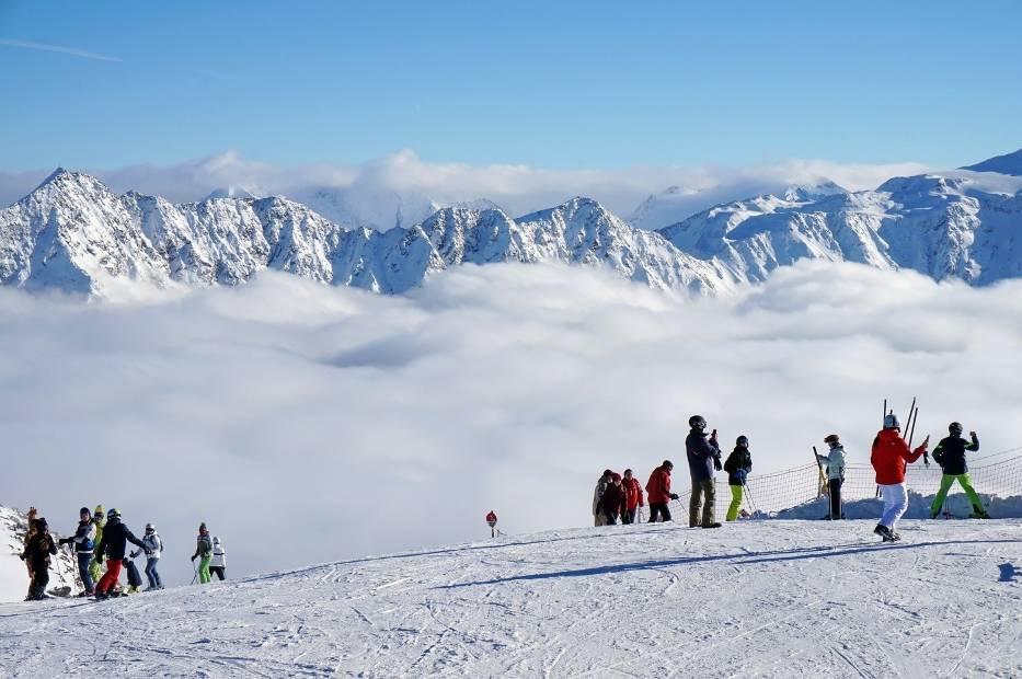 Narty w dużych alpejskich ośrodkach we Francji czy rodzinnych ośrodkach we Włoszech oraz austriackie lodowce czynne, gdy gdzie indziej już stopniał śnieg, a także najbliższa Polakom Słowacja