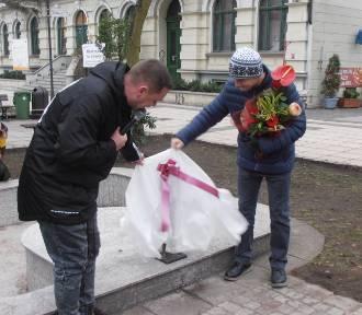 Bachusik Pomaguś stanął na skraju deptakowej fontanny
