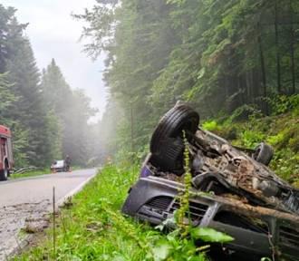 Dachowanie mitsubishi w Kątach, kierowca miał szczęście [ZDJĘCIA]
