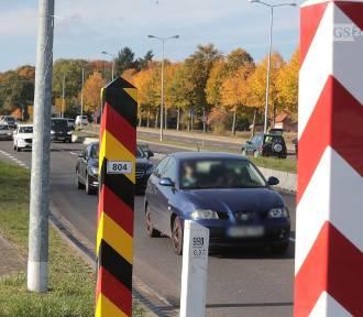 Kolejki i kontrole na granicy. Niemcy uznały Polskę za obszar niebezpieczny. ZDJĘCIA