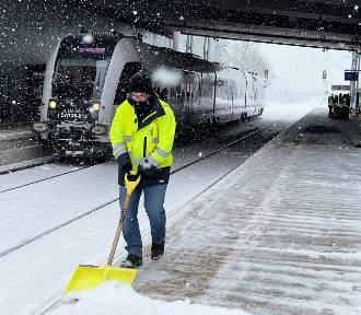 Trudne warunki nie tylko na drogach - ze śniegiem i mrozem walczy też PKM