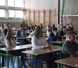 Dziś trzeci dzień egzaminów gimnazjalnych. Uczniowie mierzą się z językiem obcym. Tu znajdziesz
