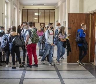 Przeładowane plany lekcji. Uczniowie mają nawet po 40 godzin tygodniowo!