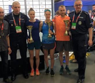 Monika Kapera i Rafał Stachowski na podium Policyjnych Mistrzostw Polski w Półmaratonie