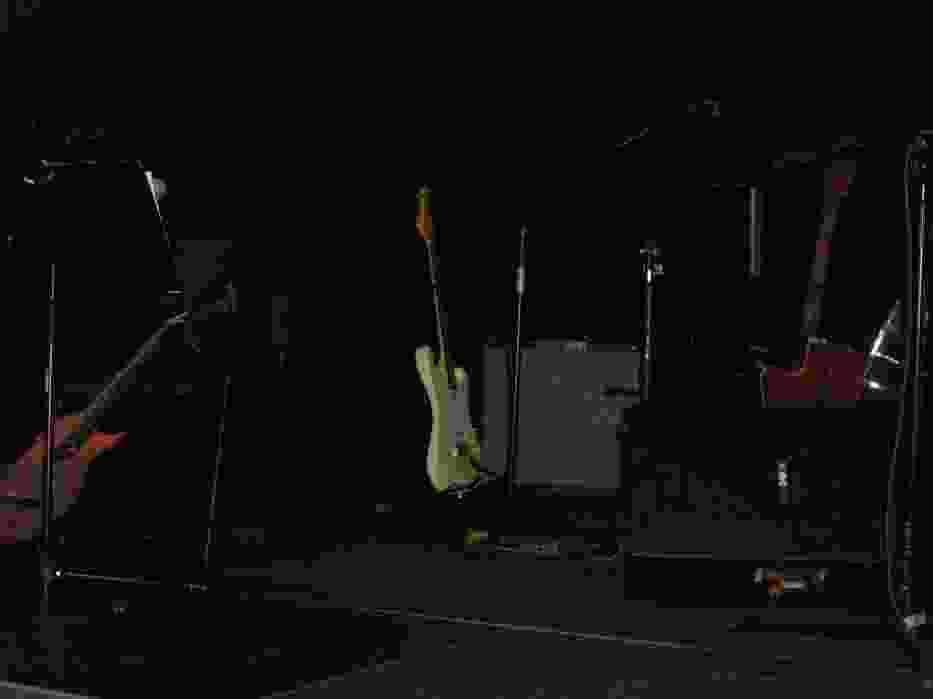 Na scenie oczekują instrumenty