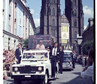 Zobacz unikatowe zdjęcia papieża Jana Pawła II z pielgrzymek do Wrocławia w 1983 i 1997 roku [ZDJĘCIA]