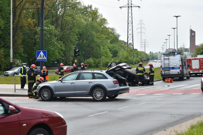 Uderzony w prawy bok volkswagen przewrócił się na dach, ścinając jeszcze słup sygnalizacji świetlnej sterującej ruchem na rondzie