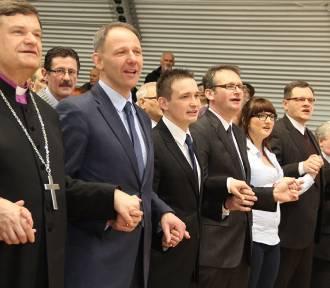 """Politycy od lewa do prawa, duchowieństwo oraz """"Barka"""". Koncert charytatywny w Sycowie, 2014 r."""