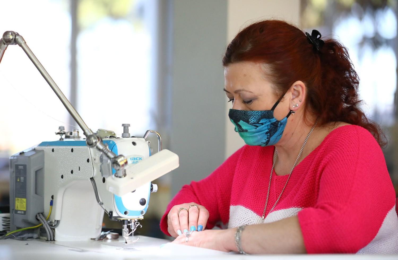 Koronawirus, Piotrków: Lenny Lamb, firma z Kłudzic szyjąca chusty dla dzieci, przestawiła swoją produkcję i szyje maseczki ochronne na twarz