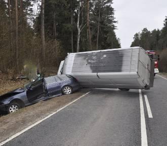 Bus zderzył się z osobówką. Dwie osoby zostały ranne [ZDJĘCIA]