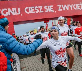 Biegacze w Gdyni pomagają potrzebującym dziewczynkom