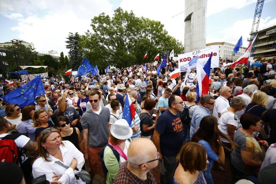 """Protest pod Sejmem. Tysiące osób na ulicach Warszawy. """"Tu jest Polska!""""  [ZDJĘCIA]"""