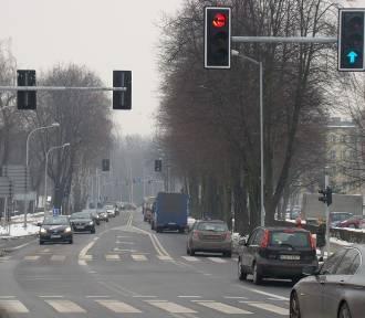 """Oświęcim. Kierowcy chcą na ul. Dąbrowskiego """"zielonej fali"""". W starostwie zastanawiają się nad"""