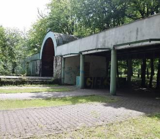 Muszla koncertowa w Parku Kościuszki w ruinie. Żal patrzeć ZDJĘCIA
