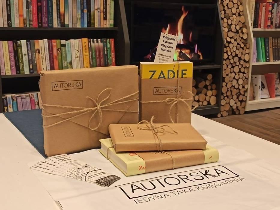 """Księgarnia Autorska w Poznaniu właśnie rozpoczęła akcję """"Zamów książkę przez telefon lub Facebooka"""", dzięki której w prosty sposób zaopatrzymy się w interesujące nas pozycje"""
